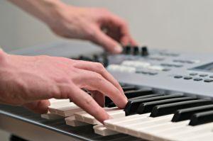 Curso para aprender a tocar teclado gratis